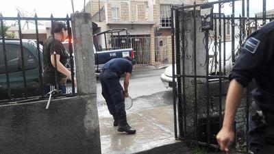 Los elementos de la Dirección de Seguridad Pública, ayudaron a una familia que les solicitó apoyo debido a que el agua había inundado a su casa ubicada en la colonia Provivienda.