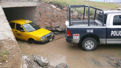 Algunos vehículos tuvieron que ser removidos de la vialidad al quedarse varados.