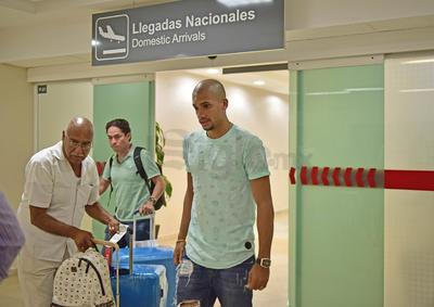 Pocos seguidores de Santos identificaron al jugador, por lo que tomaron algunas fotografías y saludaron a la distancia al brasileño.