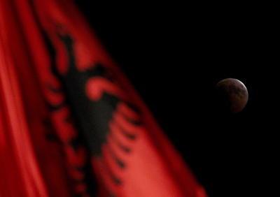 La luna junto a la bandera de Albania.