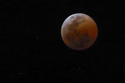 """La """"luna de sangre"""" reapareció con el eclipse lunar más largo de la historia."""