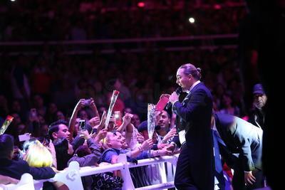 De regreso a su repertorio Durango coreó 'No podrás' y 'Lloviendo estrellas'.