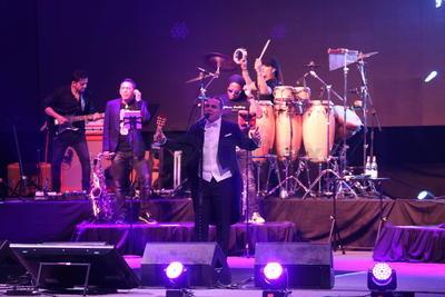 Acompañado de varios músicos eligió 'Simplemente tú' para continuar el concierto, seguido de 'Dicen', 'No hace falta' y otras de las favoritas 'Es mejor así' y 'Lloran las rosas'.