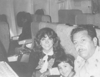 29072018 Sr. Epifanio Pacheco (f) con su hija, Guadalupe, y la actriz Verónica Castro, en un viaje de Madrid a Miami por Aeronaves de México en los años 80.