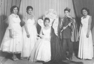 29072018 Reina Consuelo Palomo, Luz Juárez (f), Tere Alemán (f), Margarita Martínez y el Rey Feo, Eusebio Vélez, en 1953, en una kermesse de la Col. Vencedora.