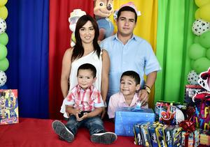 28072018 Héctor Eduardo Montoya acompañado de sus papás, Thania Gpe. González de Montoya y Carlos Manuel Montoya Pérez, y su hermanito, Carlos Montoya.