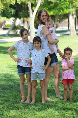 29072018 LINDA POSTAL.  Taryn con Aihnoa Kamp, Aitana Leal, Isabel Kamp y Maite Leal.