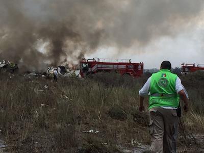 a Coordinación Estatal de Protección Civil de Durango (CEPCD) informó que las corporaciones de emergencia y seguridad se encuentran en el kilómetro 17 de la autopista Durango-Torreón atendiendo el accidente de la aeronave.