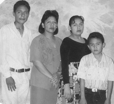 05082018 Sra. Beatriz Trujillo con sus hijos: Manuel de Jesús, Beatriz Adriana y Fernando, hace varias décadas.
