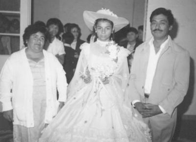 05082018 Claudia Velázquez Ramírez en sus XV años acompañada por sus padrinos, Bernardo Velázquez y Sra. Hortencia Rizo (f) en 1983.