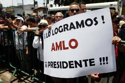 Simpatizantes acudieron al Tribunal a arropar a López Obrador.