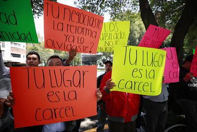 Un grupo de aproximadamente 50 personas se manifestaron frente al hotel Presidente Intercontinental México, en Polanco, en contra de la exdirigente sindical Elba Esther Gordillo, previo a la conferencia que dio ante los medios de comunicación.