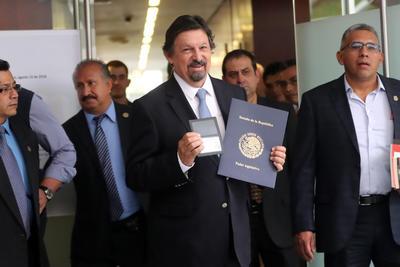 """""""Muy contento de estar de regreso en mi patria"""", afirmó Napoleón Gómez Urrutia a su llegada."""