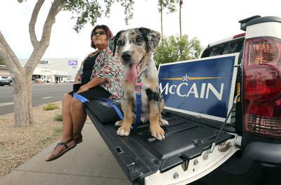 Miles de estadounidenses estuvieron presentes en la procesión del cuerpo de McCain.