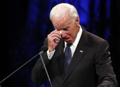 El exvicepresidente de Estados Unidos, Joe Biden, llora durante su mensaje al difunto senador.