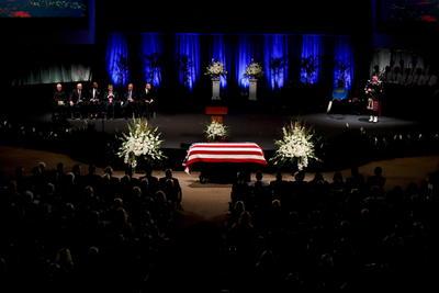 """El fallecido senador John McCain fue despedido hoy de Arizona como un """"verdadero héroe estadounidense""""."""