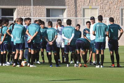 Todos los jugadores estuvieron atentos a las observaciones de su entrenador, el uruguayo Robert Dante Siboldi.