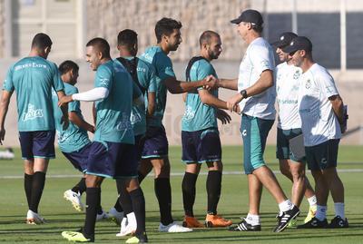 El técnico uruguayo daba algunas indicaciones a seguir previo al entrenamiento.