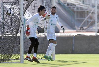 Los juveniles arqueros de Club Santos, Carlos Acevedo y Joel García.