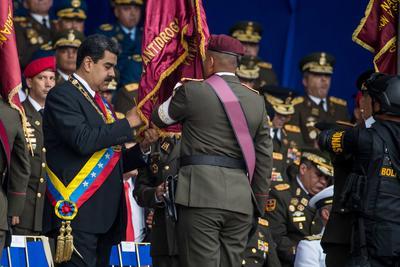 En la tarima junto a Maduro, además de Padrino y la primera dama, Cilia Flores, había representantes de todos los poderes públicos del país.