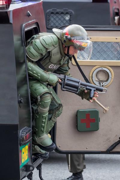 La misma transmisión mostró a los militares formados romper filas y como evacuaron al ministro de la Defensa, Vladimir Padrino.