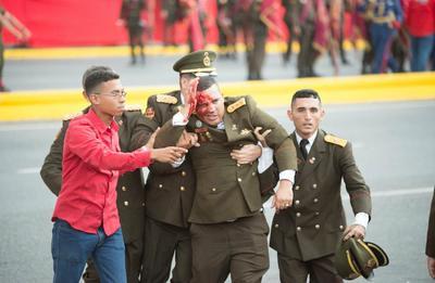 En el acto, transmitido en cadena obligatoria de radio y televisión, Maduro defendía las últimas medidas económicas tomadas por su Gobierno cuando un estruendo interrumpió su discurso.