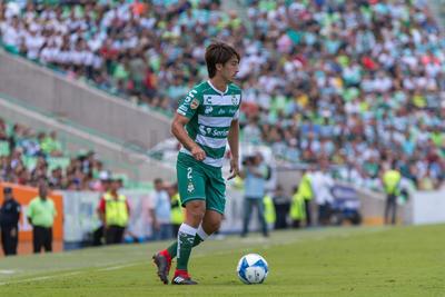 José Abella despeja el balón.