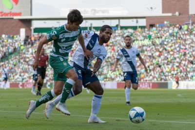Orrantia se disputa el balón con un rival.