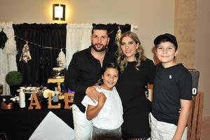 Alejandro con su esposa  Marcela Mancha  y sus hijos  Alex y Romy