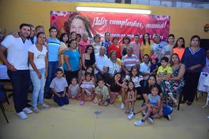 07082018 CUMPLE 95 AñOS.  Ana María Vázquez viuda de Valdez acompañada por sus familiares el día de su cumpleaños.