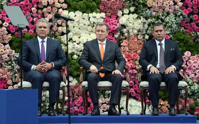 Iván Duque junto al presidente del Senado de Colombia  Ernesto Macías, y al presidente de la Cámara, Alejandro Chacón.
