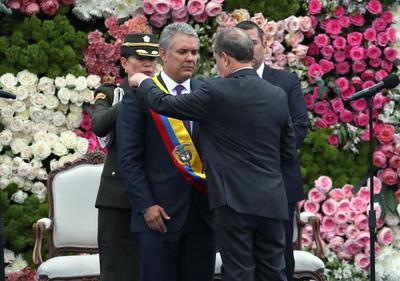 Duque, de 42 años y perteneciente al partido uribista Centro Democrático, sucede en el cargo a Juan Manuel Santos, quien ocupó la jefatura de Estado en dos mandatos consecutivos.