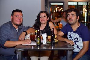 08082018 NOCHE DE STAND UP.  Roberto, Carolina y Ángel.