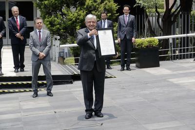 """""""Que viva la cuarta transformación de la vida pública del país, que viva nuestra república, que viva la voluntad soberana del pueblo. ¡Viva México! ¡Viva México! ¡Viva México!"""", clamó en el cierre de su discurso."""