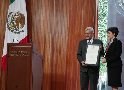 """Andrés Manuel López Obrador recibió hoy la constancia de presidente electo de México para comenzar una etapa en la que -asegura- cumplirá todos sus compromisos de campaña y acabará con la """"prepotencia"""" y """"deshonestidad"""" que han marcado las pasadas administraciones."""