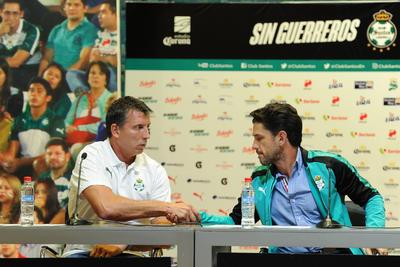 Alejandro Irarragorri durante la presentación de Robert Dante Siboldi como entrenador del primer equipo santista.