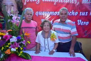 09082018 DE FIESTA.  Ana María Vázquez viuda de Valdez con Paco y Víctor.