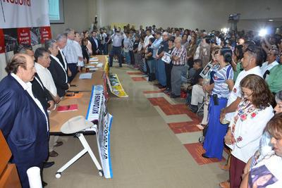 El auditorio de la Infoteca de la Universidad Autónoma de Coahuila (UAdeC) Unidad Torreón resultó insuficiente para albergar a las decenas de personas que se dieron cita en el Segundo Foro de Consulta para trazar la ruta de la Pacificación del País y la Reconciliación Nacional.