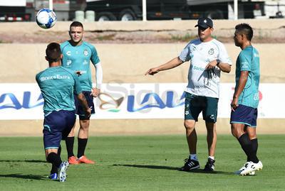 Salvador Reyes dirigiendo el entrenamiento.