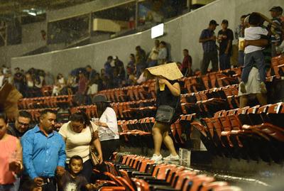 Los aficionados ante la lluvia en el estadio Revolución.