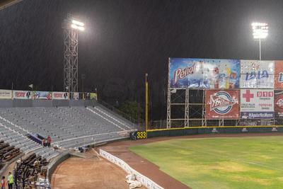 El partido tuvo que se recortado por la intensa lluvia que sorprendió ayer a La Laguna.