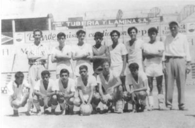 """12082018 Laboratorios Ávalos, campeón en 1962, dirigidos por el Sr. Jesús Carrillo y el famoso árbitro amateur, Elías """"Chuleta"""" Aguilar."""