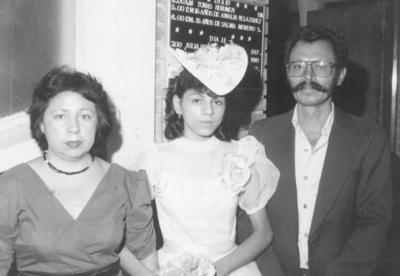 12082018 Amalia Velázquez Ramírez en sus XV años con sus papás, Conchita Ramírez y Rito Velázquez González, en 1986.