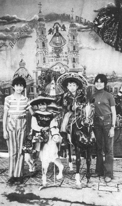 12082018 Ana Lilia (f), Margarita, Ernesto y Ramona Elsa Martínez Durán en San Juan de los Lagos, hace 47 años.