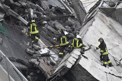 Hasta la zona se han trasladado doce de sus equipos para retirar los escombros, así como personal médico y de protección civil.