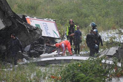 Los escombros aplastaron vehículos.