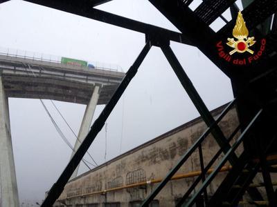 El viaducto transcurre sobre una zona urbana en la que hay centros comerciales, edificios residenciales y áreas industriales.