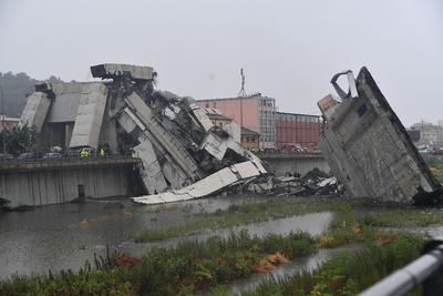 """El ministro de Transportes de Italia, Danilo Toninelli, reconoció en un mensaje de Twitter que las consecuencias del suceso """"se perfilan como una inmensa tragedia""""."""