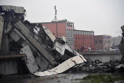 El tramo de casi 100 metros del puente Morandi que cayó habría dejado también al menos dos personas sobrevivientes que son atendidos por equipos médicos en el lugar, mientras se hace el recuento de los daños.