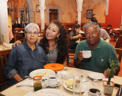 Francisco de la Rosa, Yolanda de la Rosa y Rocío de la Rosa, nos visitan de Houston, Texas.